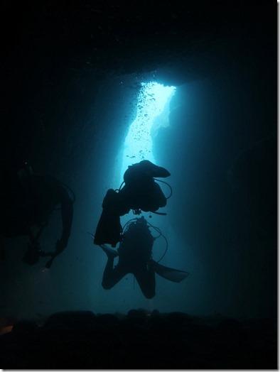水路下の洞窟